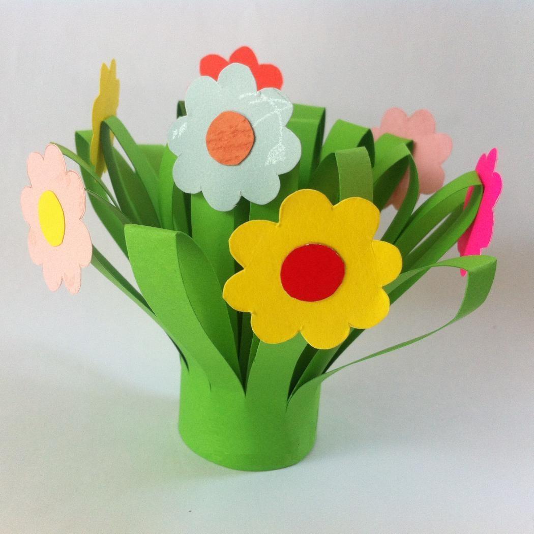 Для заготовок цветочков возьмите бумагу разных цветов и нарисуйте цветы произвольной формы, например, круглые с многочисленными лепестками.